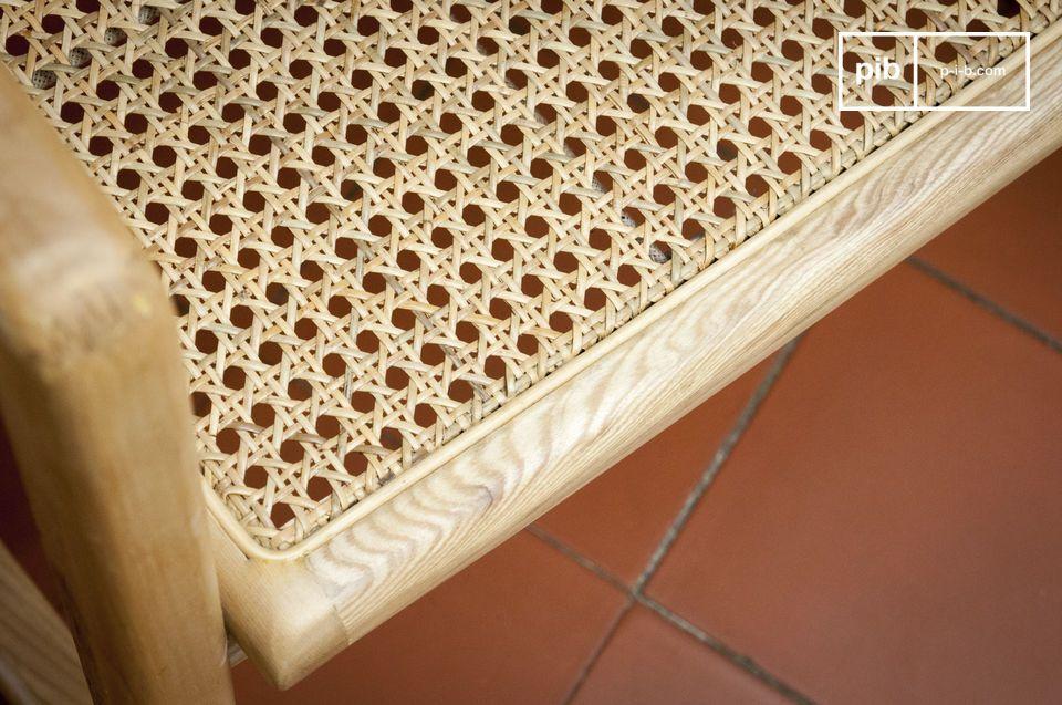 Con la sua struttura in legno massello e canna di rattan naturale
