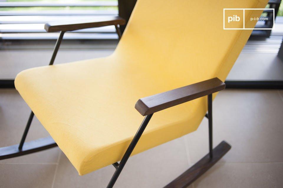 Dopo una lunga ed estenuante giornata in ufficio, potrai rilassarti sulla sedia a dondolo Hatol