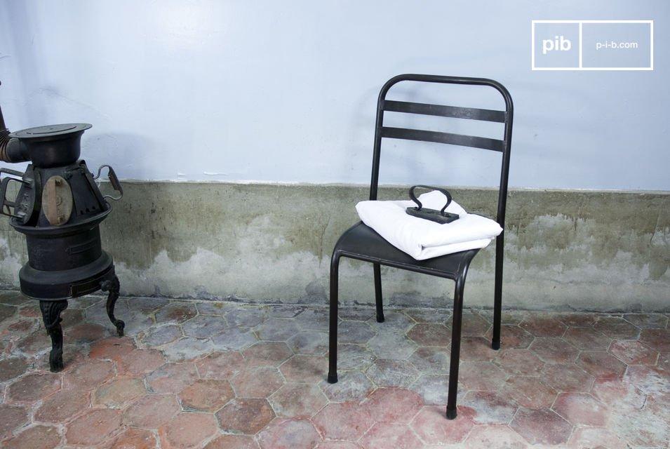 Questa sedia estremamente solida aggiunge un tocco industriale al vostro tavolo