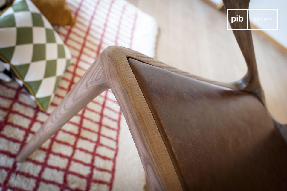 Il design elaborato di questa sedia in legno curvato Kirsten è ammirato