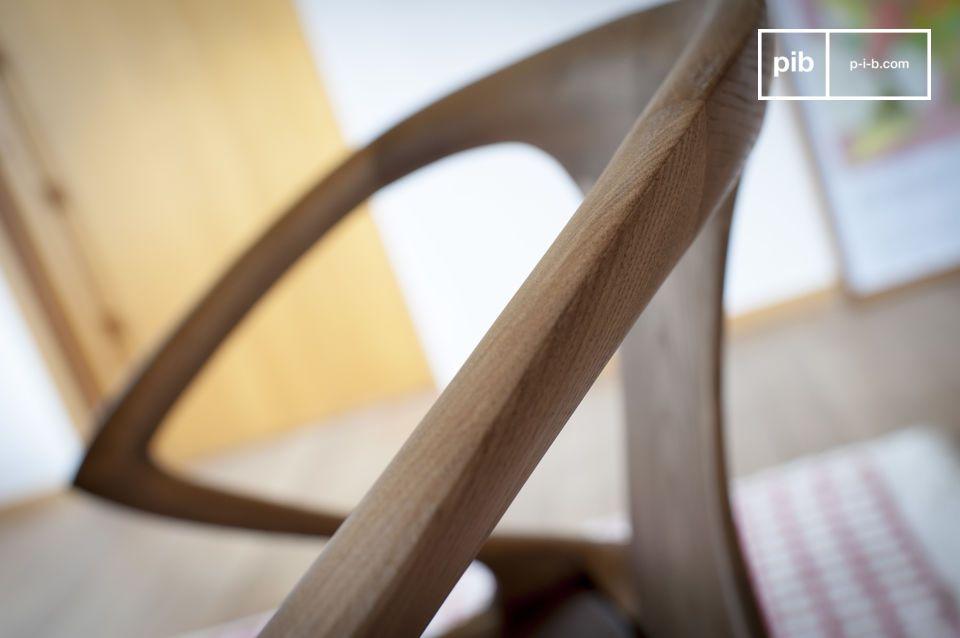 Scolpito da un legno di frassino massello, presenta un elegante finitura noce