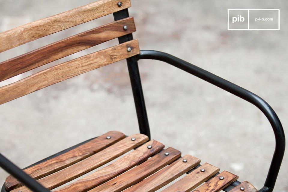 Una sedia robusta che combina acciaio e legno naturale creando un bellissimo effetto e fornendo il