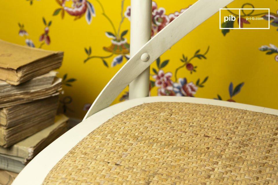 Scegli questa sedia in faggio invecchiato per un tocco di fascino retrò accanto al tuo tavolo