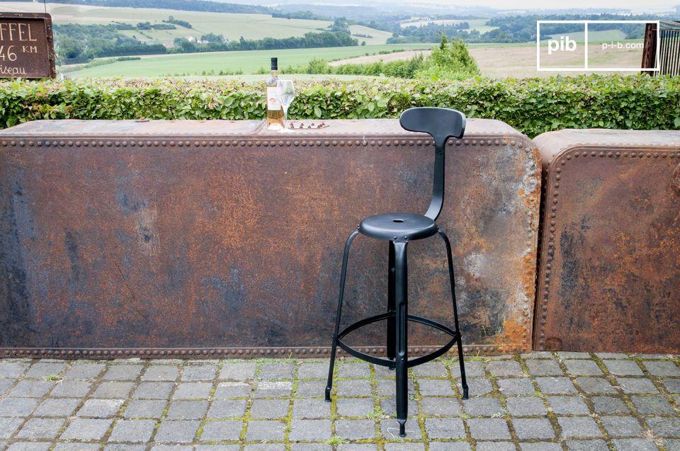 Una sedia da bar che unisce comfort e stile industriale vintage