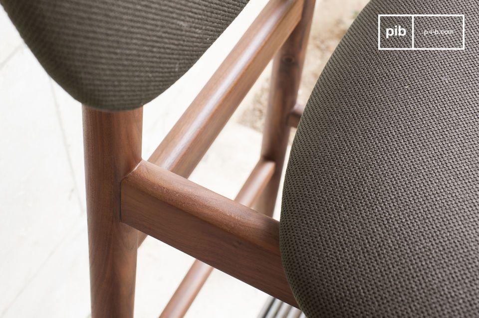 Una sedia alta comoda e perfetta per un bar da cucina o un tavolo alto