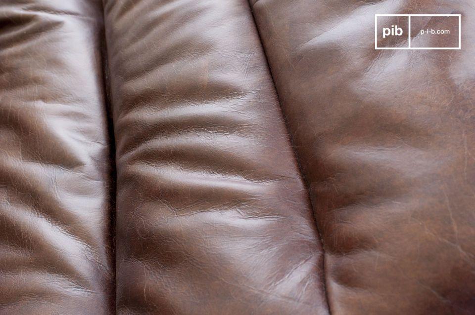 Questa elegante sedia in pelle ha il pregio di essere sia un oggetto di grande design