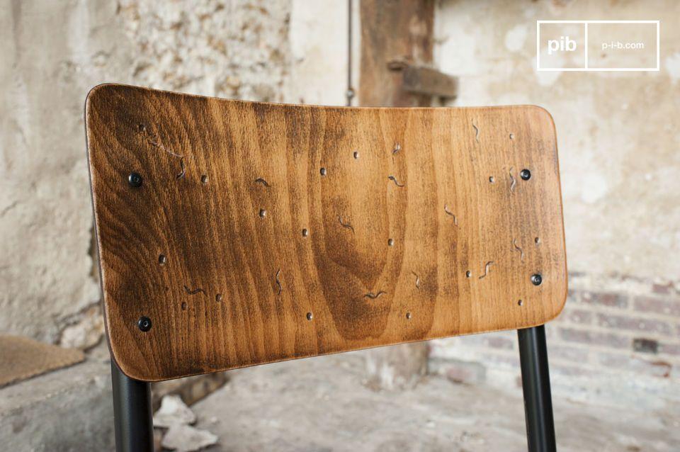 Il sedile e il poggia braccia sono interamente realizzati in legno pitturato a mano