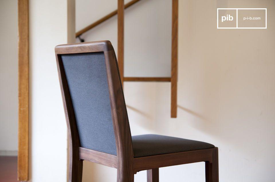 Una sedia la cui grande sobrietà le permetterà di integrarsi alla perfezione intorno ad un tavolo