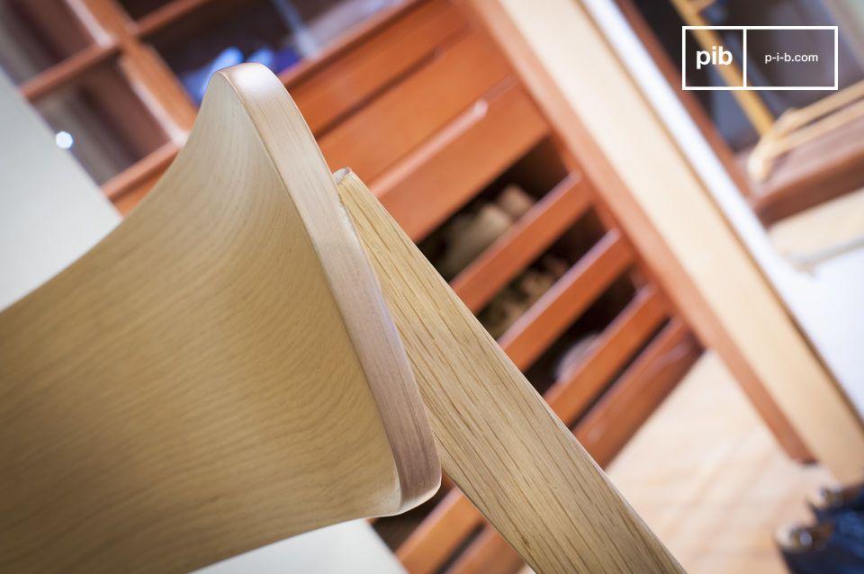 Il sedile è costituito da un sottile cuscino di tela spessa imbottita con schiuma densa