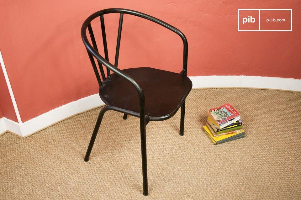 Questa solida sedia trasuda stile industrial attraverso la sua struttura tubolare e il rivestimento