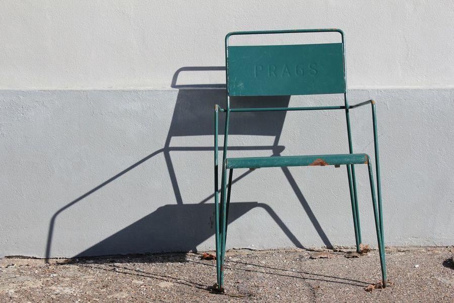 sedia in metallo rossa