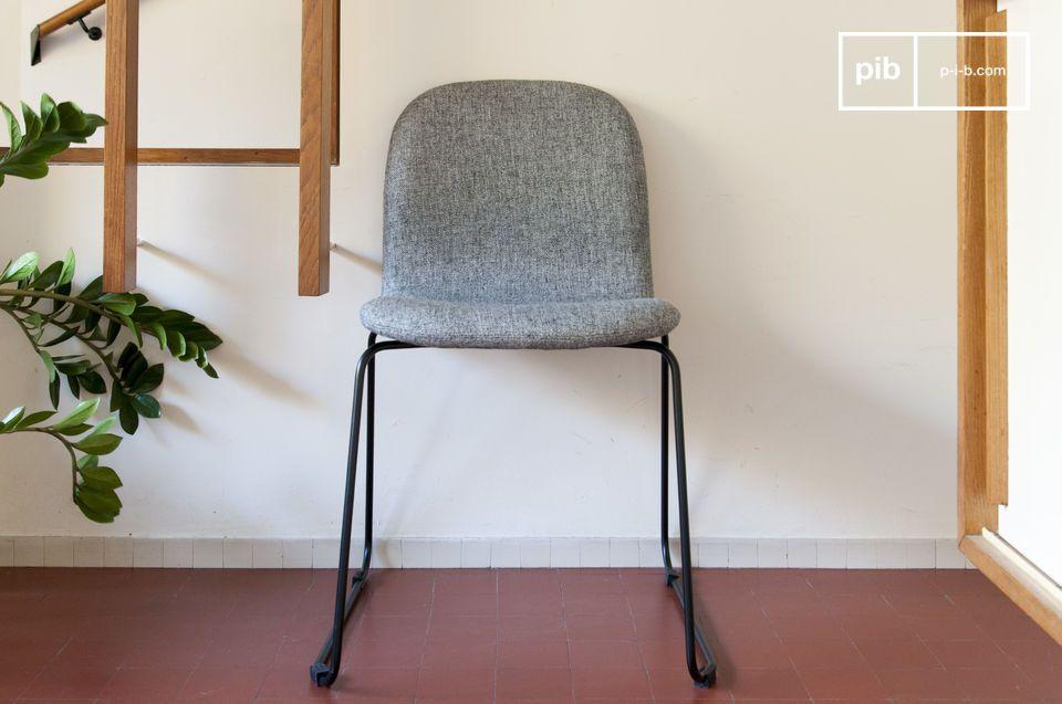 Una robusta ed elegante sedia in tessuto multiuso per la tua casa