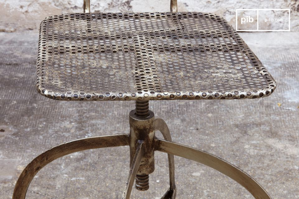 Una sedia molto pratica! Il sedile è regolabile in altezza (40-55cm da terra) e si può muovere
