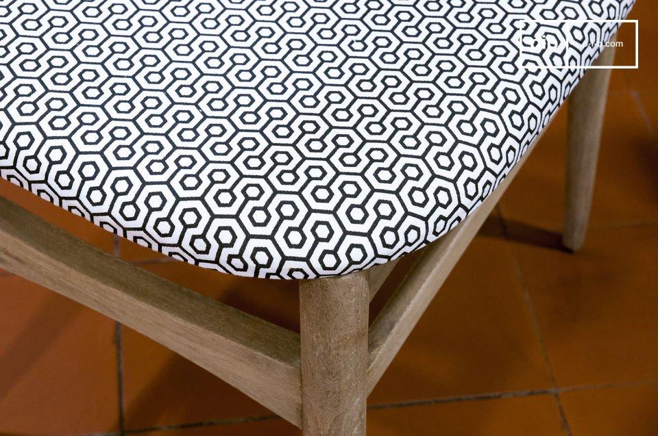 Questa sedia è caratterizzata da finiture patinate beige che donano un aspetto invecchiato tipico