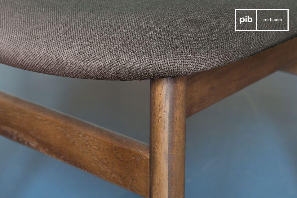 Questa sedia prende le sue linee dal design nordico del XX secolo ed è estremamente semplice ed