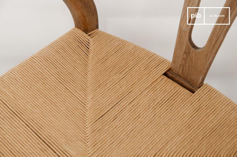 Realizzata interamente in legno di rovere, la sedia combina design vintage, robustezza e comodità