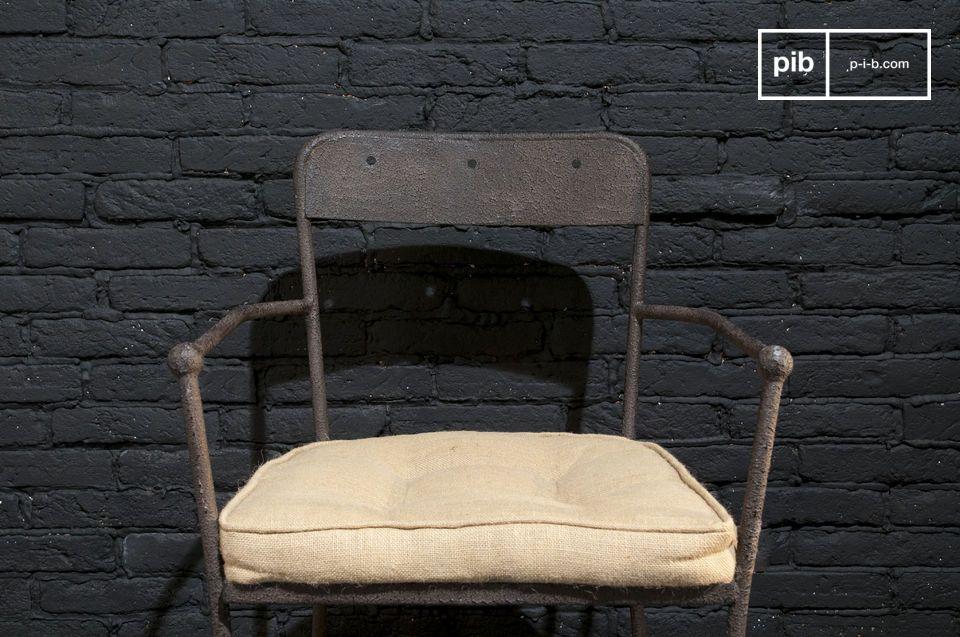 Una resistente sedia in metallo con bellissime finiture marroni e un gran comfort