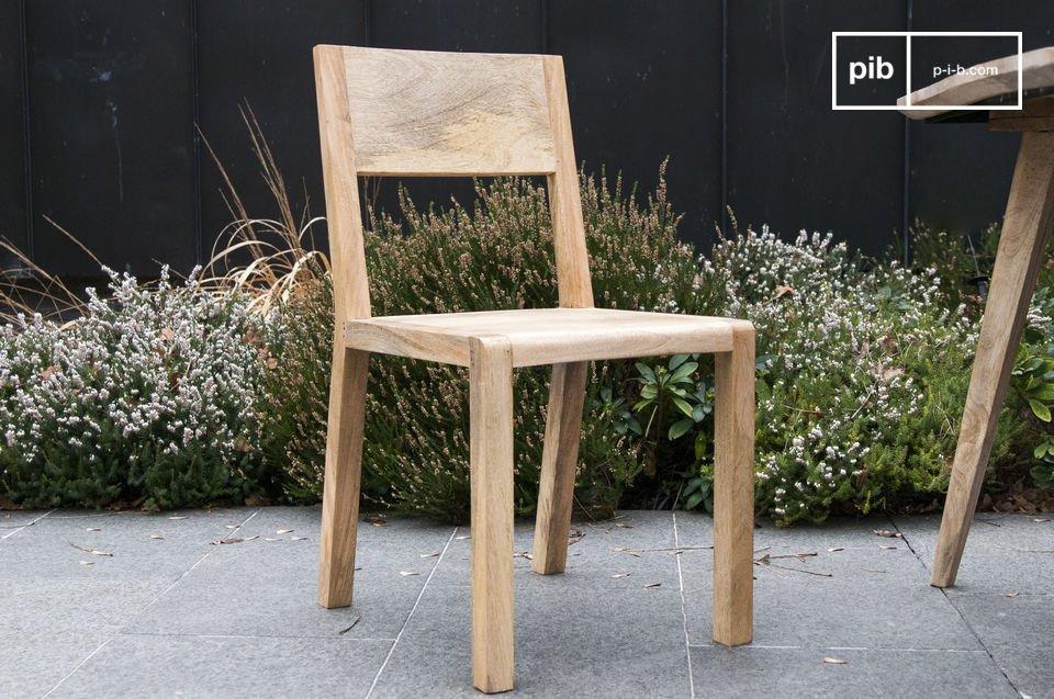 Sedia in legno dallo spirito nordico.