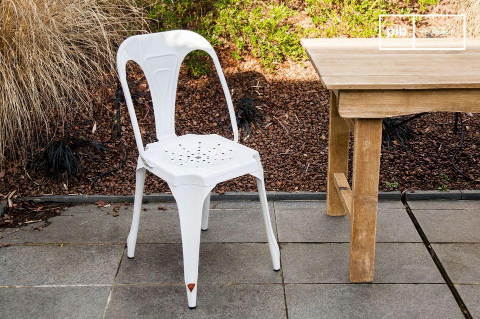 La sedia Multipl\'s bianca è una sedia robusta e leggera interamente costruita in metallo e dotata