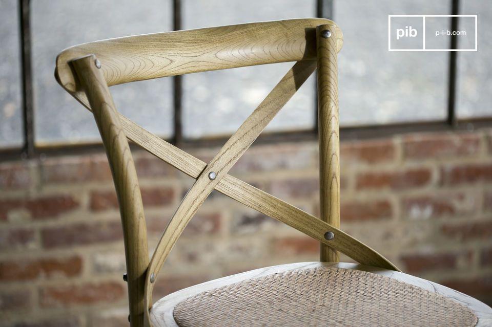 Assemblata e verniciata a mano, questa sedia ha delle finiture impeccabili