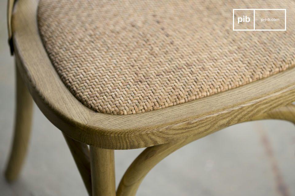 La sedia Pampelune con finiture naturali è molto robusta e perfetta per l\'uso quotidiano