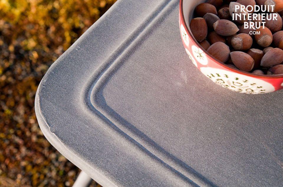 Una sedia con finiture zincate dallo stile rustico
