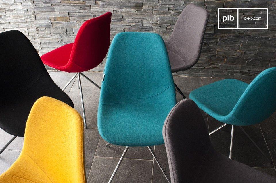 La sedia offre una grande comodità grazie al tessuto in lana e l\'imbottitura in schiuma