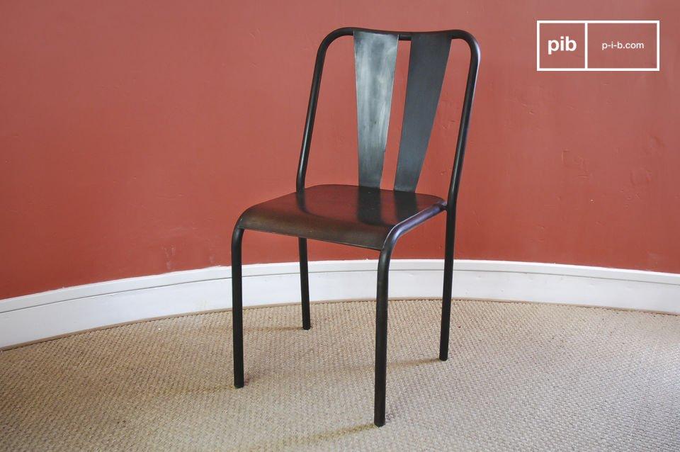 Questa sedia in metallo verniciato a mano ha un effetto leggermente recuperato