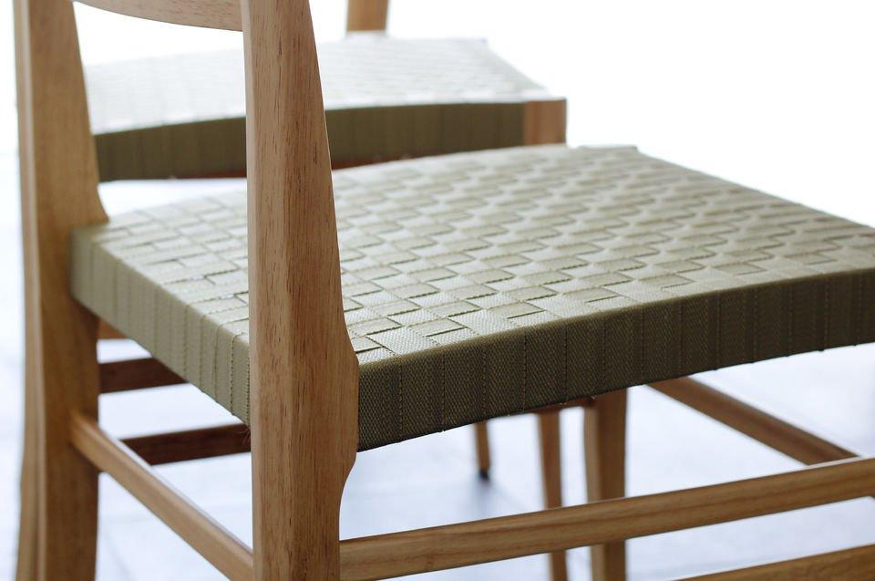 Legno leggero e sedile di tessuto per un vero tocco nordico.