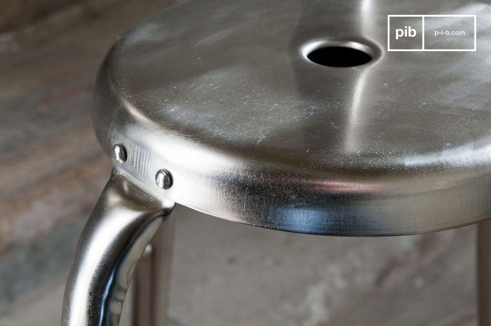Opta per uno sgabello bar design che aggiungerà uno spirito di metallo grezzo al tuo tavolo da