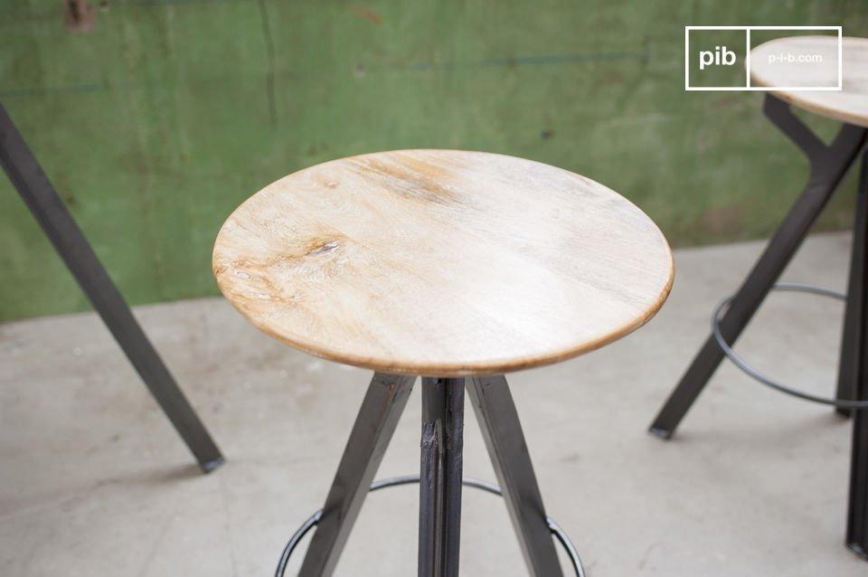 Una sedia alta in legno di mango e con base metallica