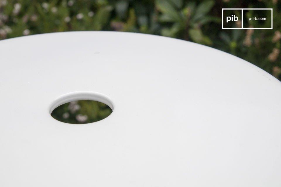 Gli sgabelli design a chiodi bianchi sono caratterizzati da una finitura molto luminosa