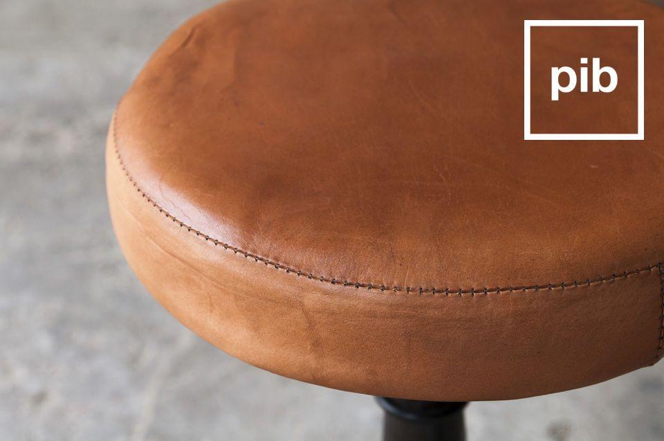 Lo sgabello del calzolaio con il sedile in cuoio