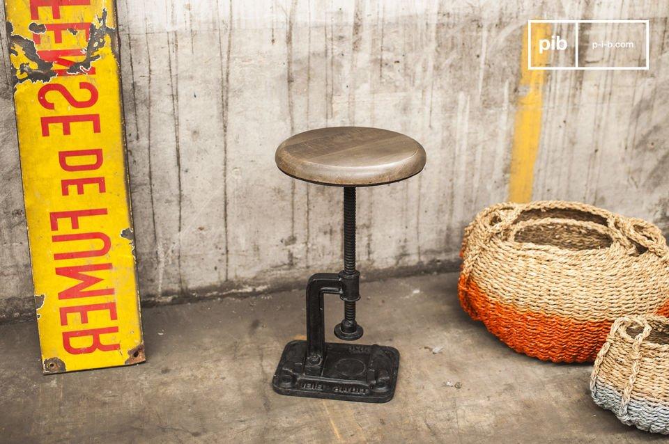 Se stai cercando uno sgabello che sia simile a quelli usati nelle vecchie officine e fonderie