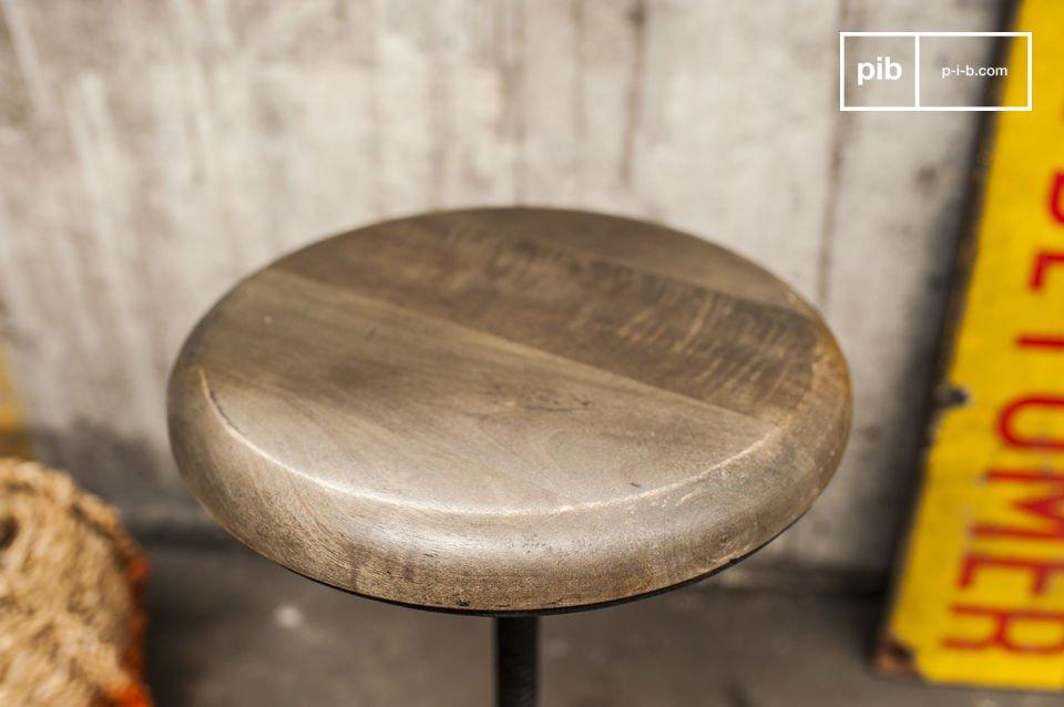 Uno sgabello in stile Industrial, interamente realizzato in legno e metallo
