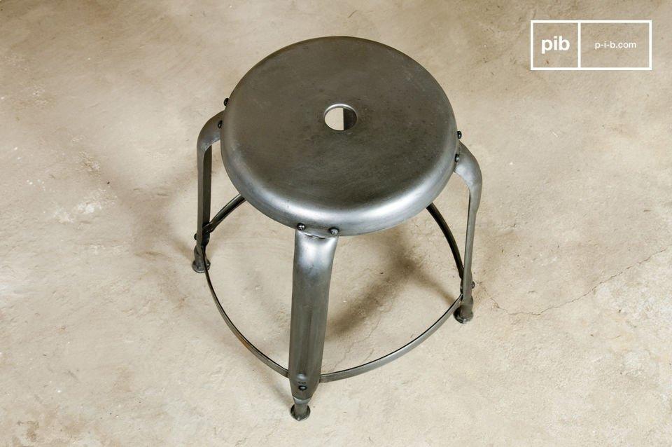 Design da vecchia officina garantito da questo sgabello in metallo