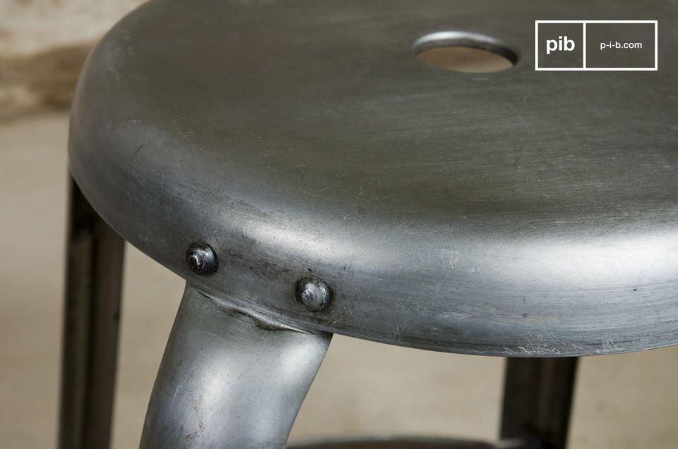 Adorerai i rivetti visibili e le finiture in metallo leggermente invecchiato che donano a questo