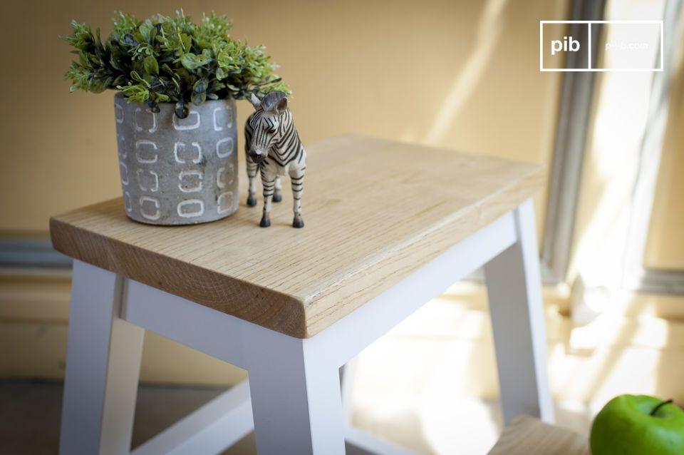 Come seduta o come tavolino, questo sgabello di design combina un lato estetico con uno pratico