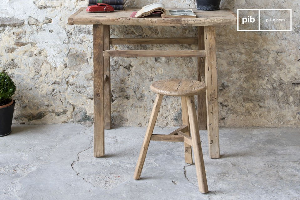 Uno sgabello robusto e leggero realizzato con legno di olmo antico; le venature gli conferiscono uno
