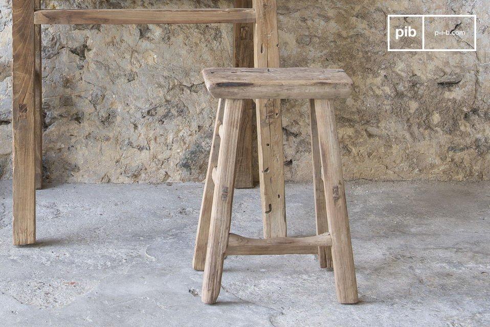 Uno sgabello shabby robusto e leggero realizzato con vecchio legno di olmo