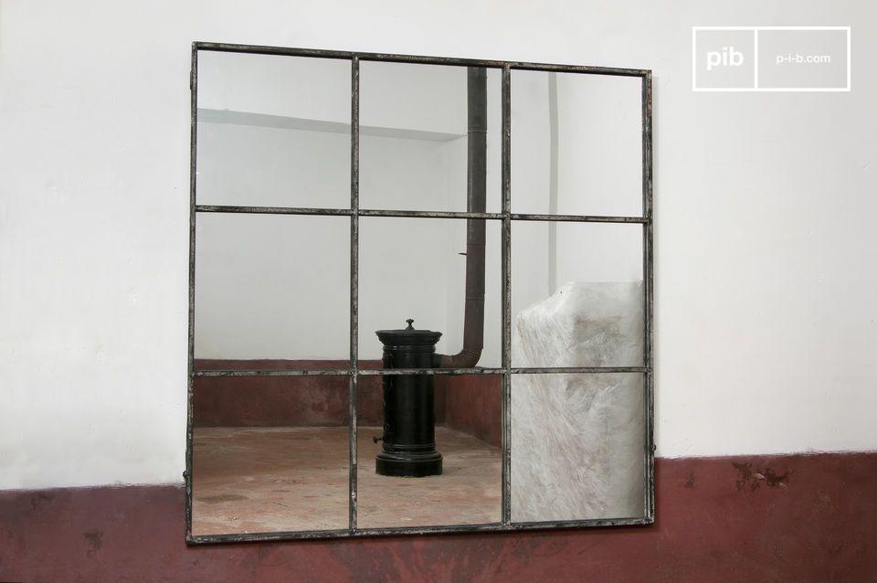Specchio con una cornice in metallo bianco invecchiato per un effetto vintage