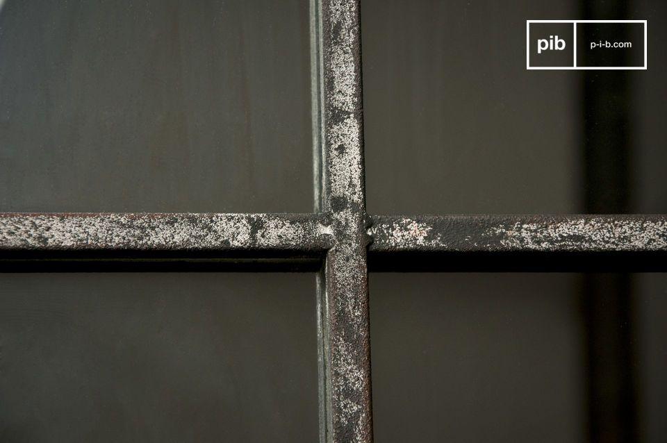 Interamente realizzato in metallo grigio patinato