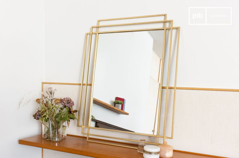 Un grande specchio rettangolare ispirato all'Art Déco