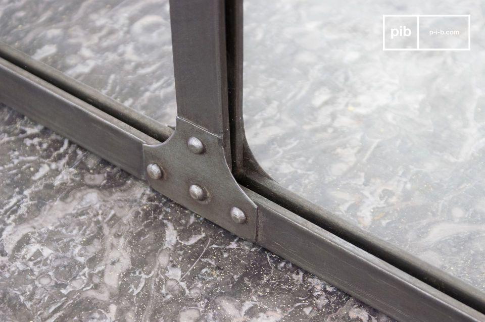 Questo specchio è realizzato con piastre in acciaio con rivetti decorativi tipici del design