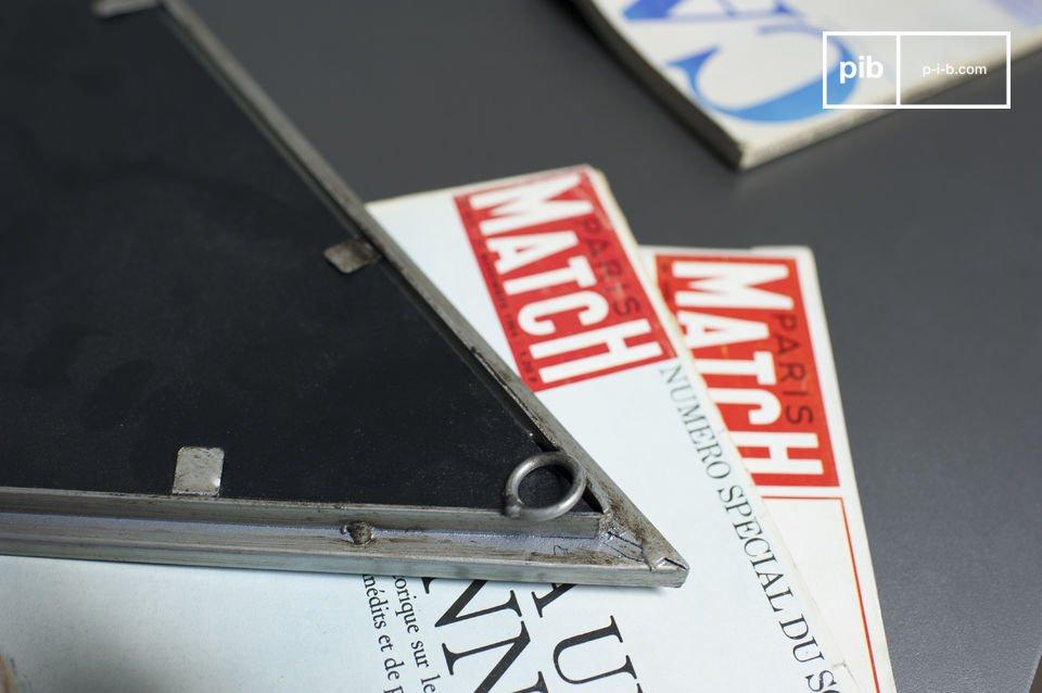 Lo specchio metallo Diagone è un accessorio decorativo con un\'identità decisamente vintage e