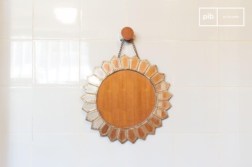 Un bellissimo specchio a forma di sole di ispirazione moresca