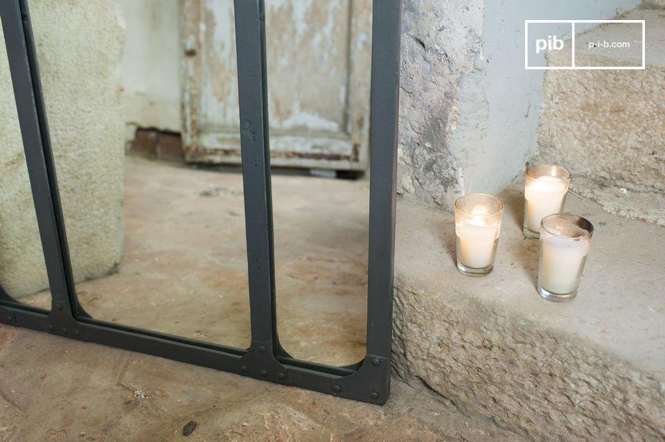 Il tuo riflesso in uno specchio trittico con un telaio in metallo rivettato