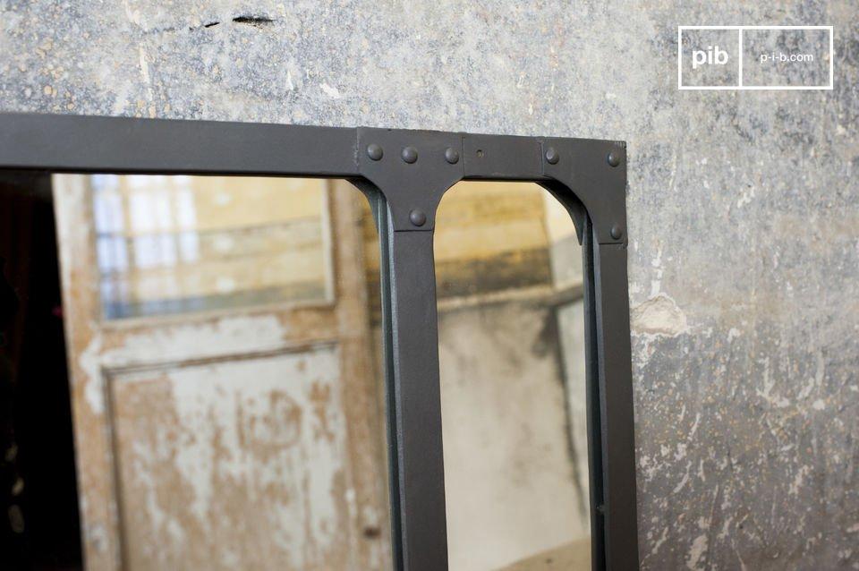 Lo specchio Eiffel è una rappresentazione perfetta dello stile Industriale grazie alla cornice