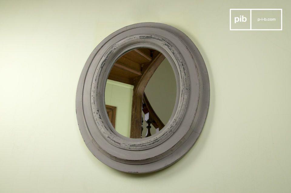 Questo grande specchio vintage con pittura invecchiata donerà alla vostra stanza profondità e uno