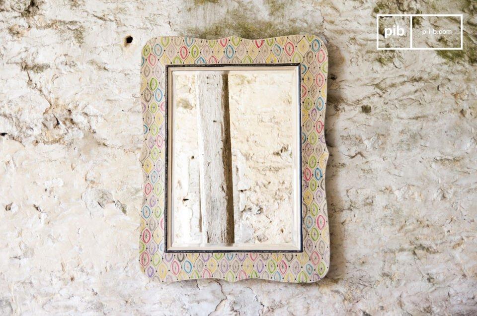 Lo specchio Joan è un accessorio decorativo contry chic che porterà un tocco di colore ai vostri